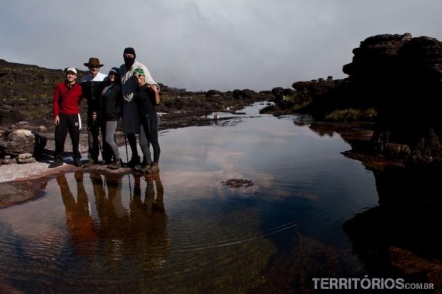 Imagem do grupo reflete na água